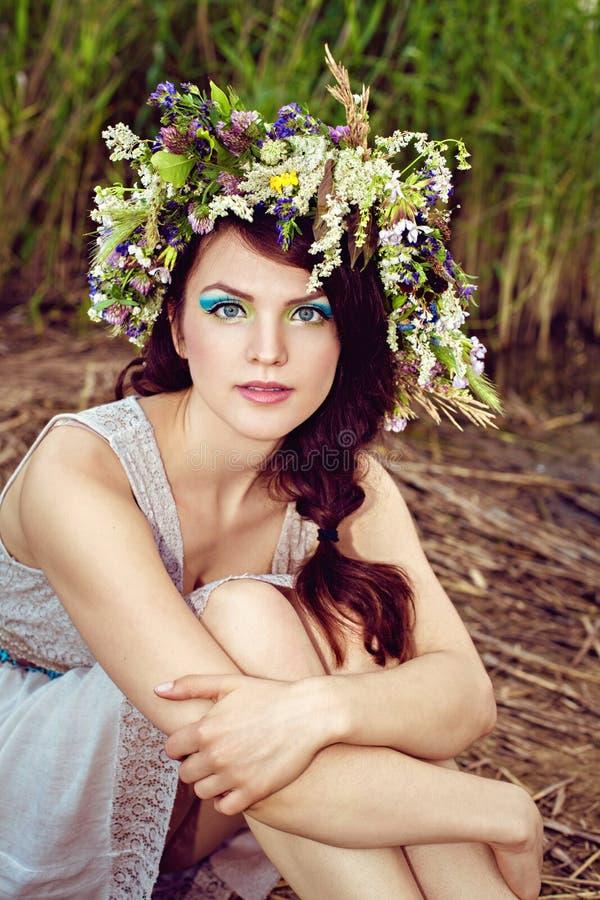 年轻美丽的妇女画象有花花圈的 免版税库存照片