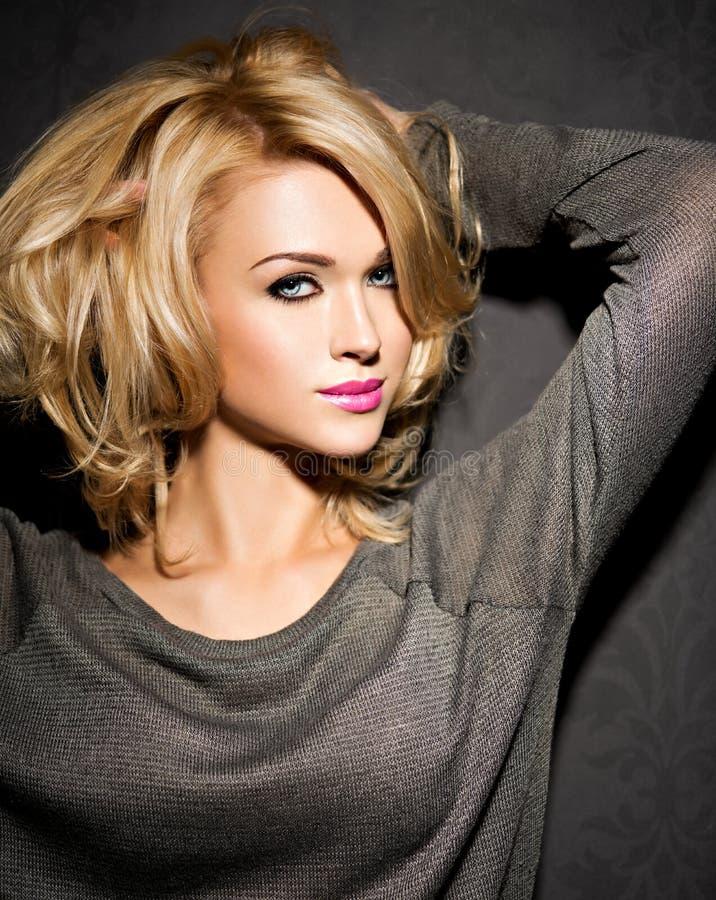 美丽的妇女画象有金发的 明亮的时尚ma 免版税库存照片