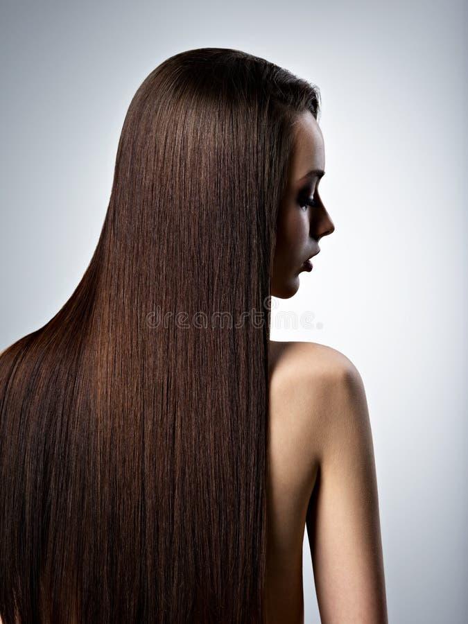 美丽的妇女画象有长期平直的棕色头发的 图库摄影