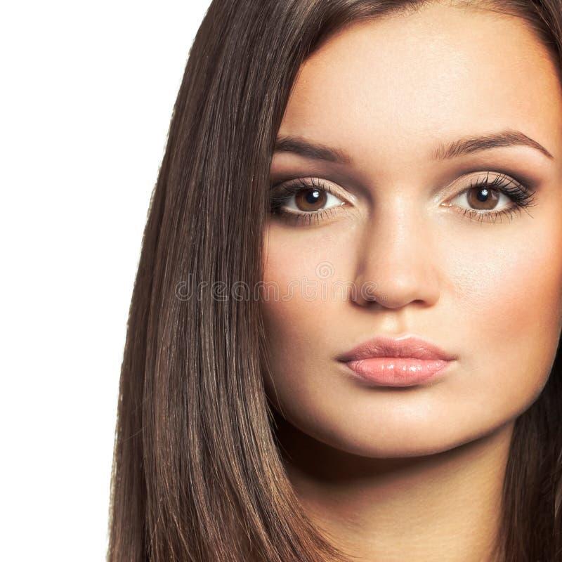 美丽的妇女画象有长的棕色头发的 免版税库存照片