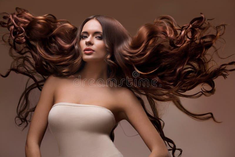 美丽的妇女画象有长的飞行头发的 图库摄影