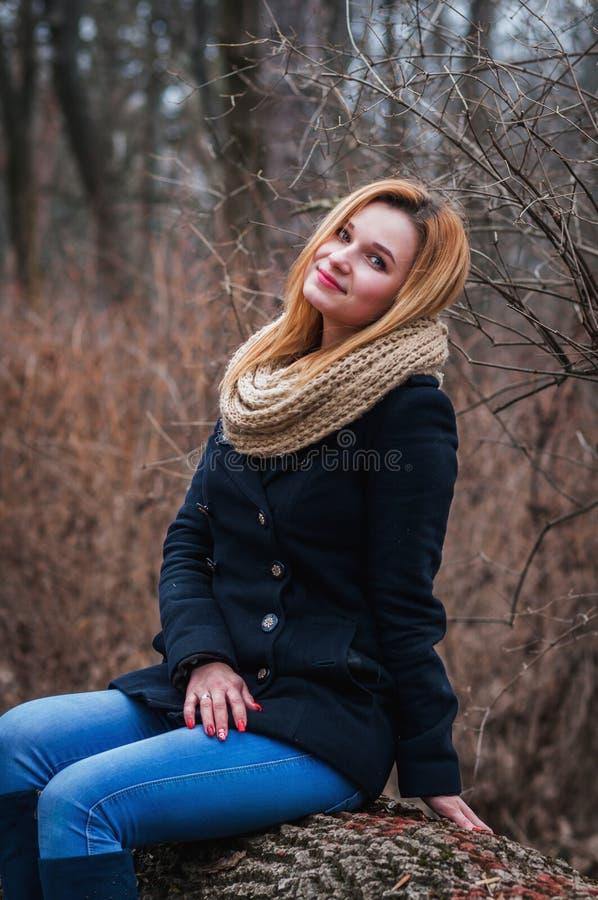 年轻美丽的妇女画象秋天外套的 库存照片