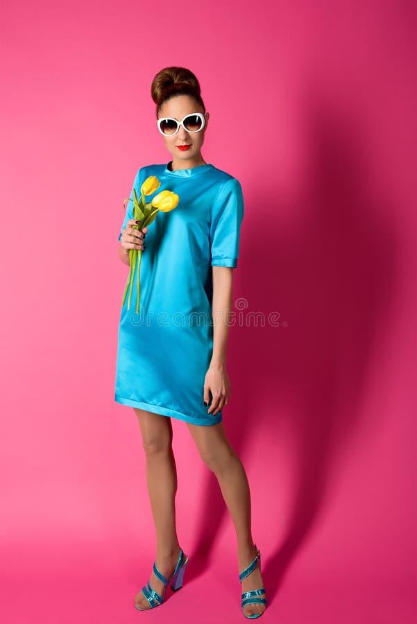 年轻美丽的妇女画象蓝色丝绸礼服的 免版税库存图片