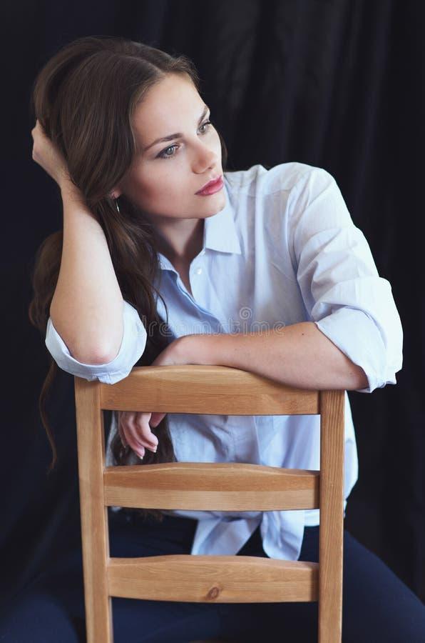 美丽的妇女画象黑暗的背景的 免版税库存照片