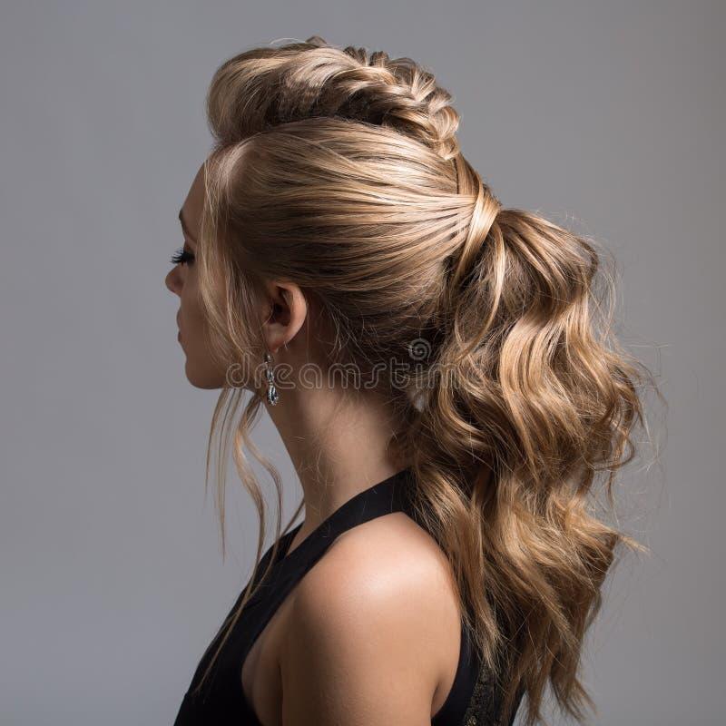 美丽的妇女 辫子尾巴发型 免版税图库摄影