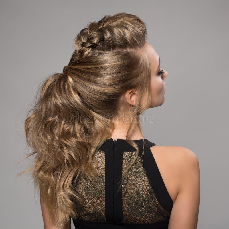 美丽的妇女 辫子尾巴发型 免版税库存图片