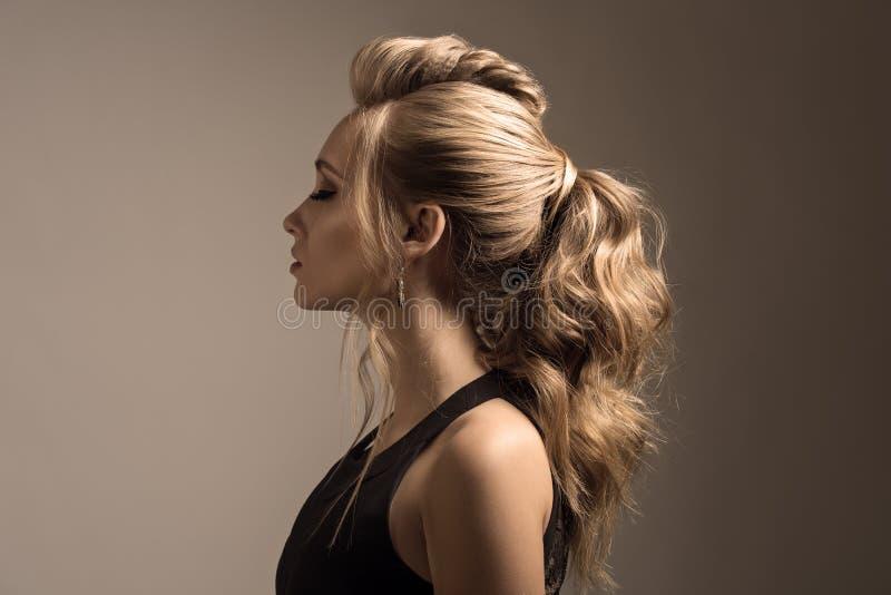 美丽的妇女 辫子尾巴发型 免版税库存照片