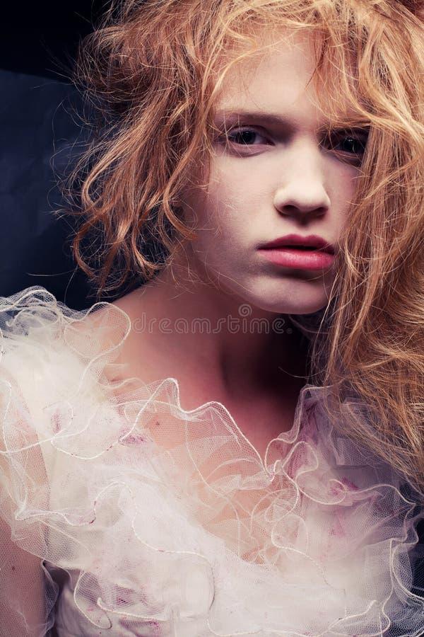 美丽的姜女孩葡萄酒丙氨酸法国公主画象  免版税图库摄影