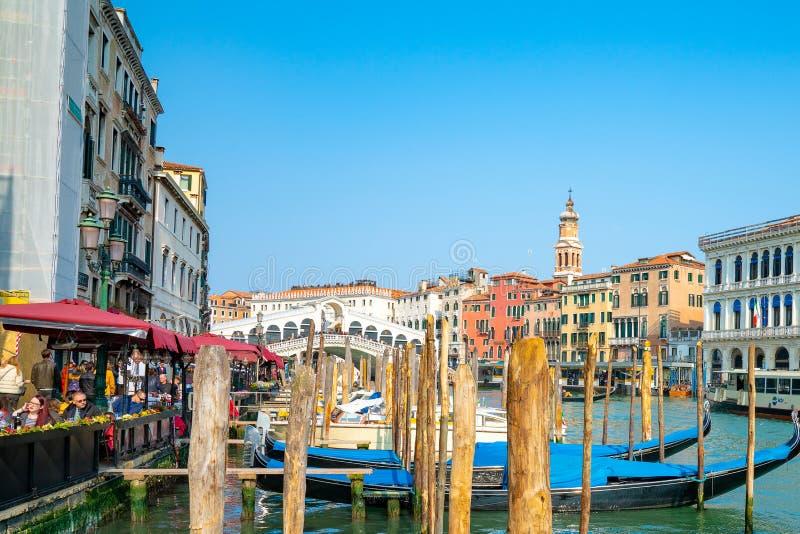 美丽的威尼斯狭窄运河,有许多经典长平底船的 图库摄影