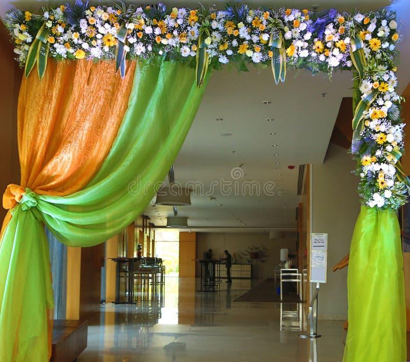 美丽的婚姻的入口门照明设备装饰 免版税库存图片