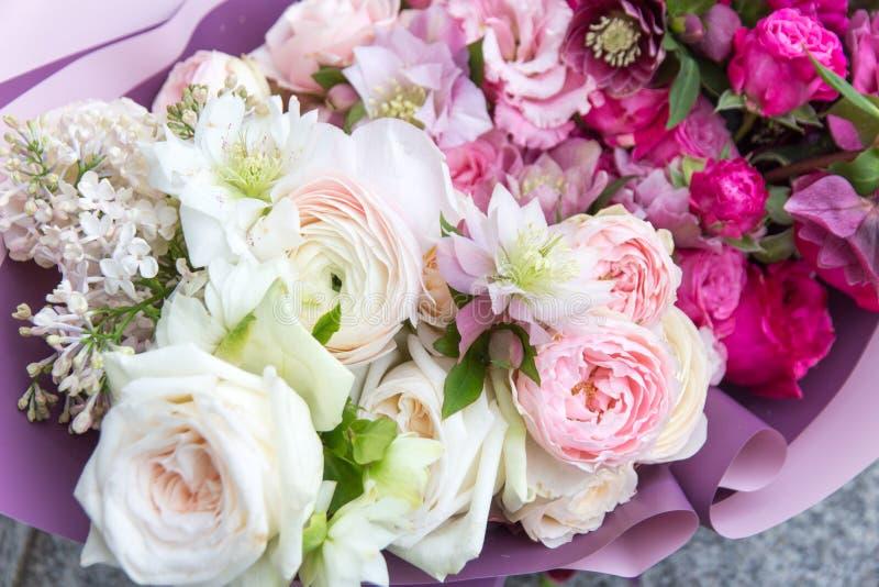 美丽的婚姻的花束,花的布置由卖花人有白色和桃红色玫瑰和淡紫色关闭的  库存照片
