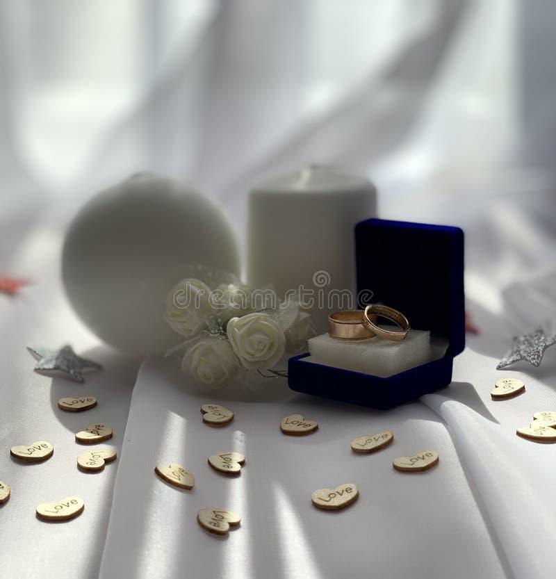 美丽的婚姻的装饰 与白玫瑰的欢乐大气 库存照片