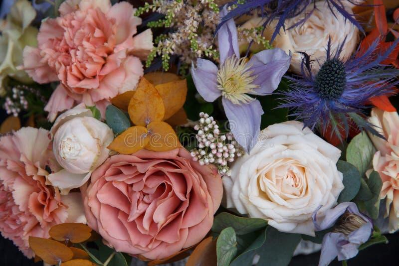 美丽的婚礼卖花人花束有玫瑰特写镜头背景 库存照片