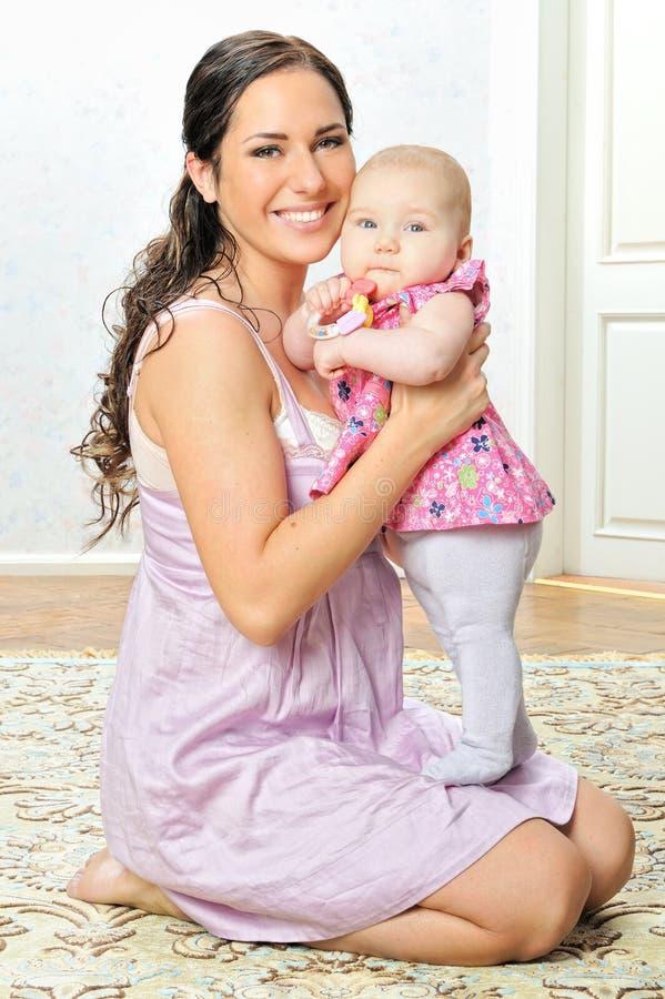 美丽的婴孩她的母亲 图库摄影