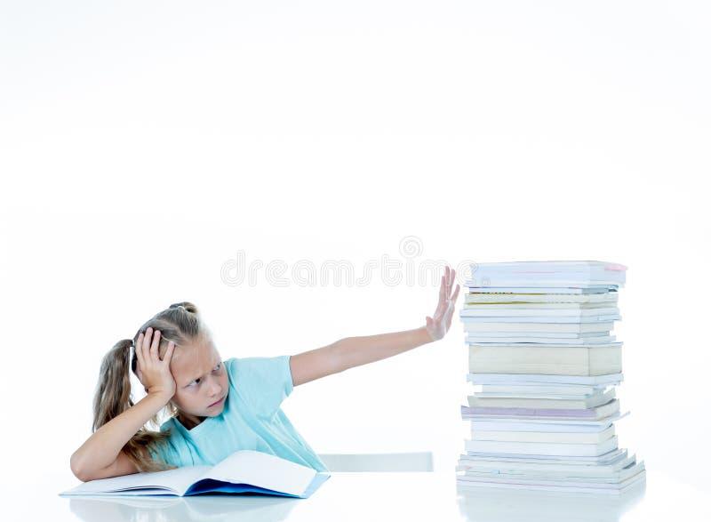 美丽的学校女孩有许多家庭作业它驾驶她疯狂在刺激低性能孩子 免版税库存图片