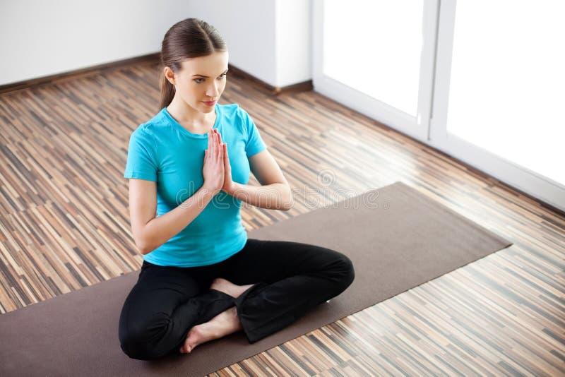 美丽的实践的女子瑜伽年轻人 图库摄影