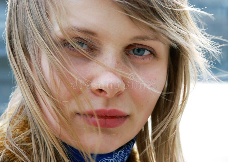 美丽的室外妇女年轻人 免版税库存照片