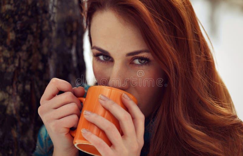 美丽的室外妇女饮用的茶 库存照片