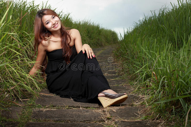 美丽的室外微笑的妇女年轻人 库存图片