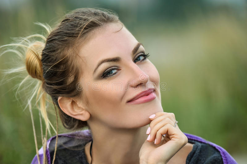 美丽的室外纵向微笑的妇女 免版税图库摄影