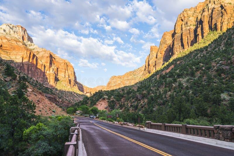 美丽的宰恩国家公园在晴天,犹他,美国 免版税库存照片