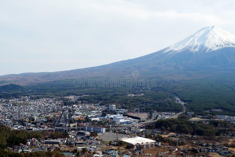 美丽的富士山接近的上面与雪盖的在上面与在日本可能和杉木 图库摄影