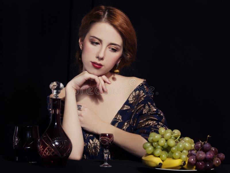 美丽的富有的妇女画象用葡萄。 免版税库存图片