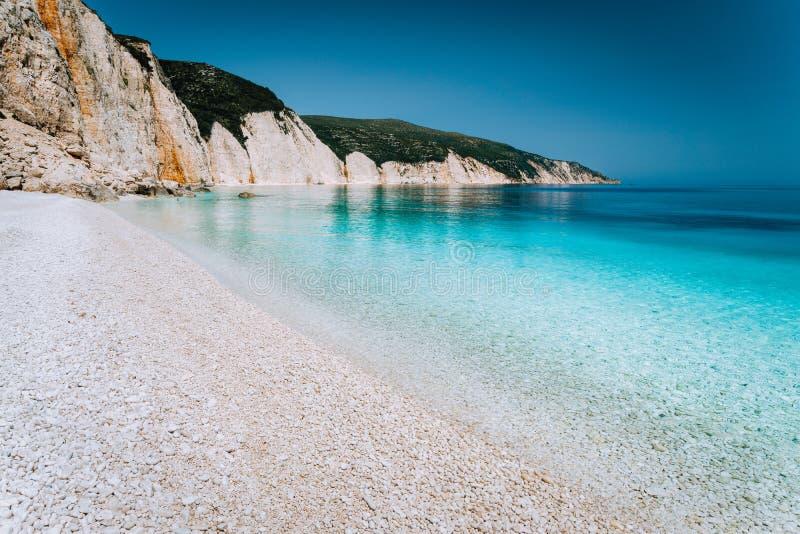 美丽的小卵石石头海滩 旅游业的夏天休假和假期概念 激动人心的地中海风景 免版税库存照片