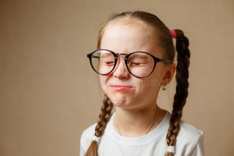 美丽的小女孩佩带的玻璃 库存照片
