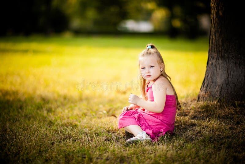 美丽的小女孩在公园 免版税库存照片