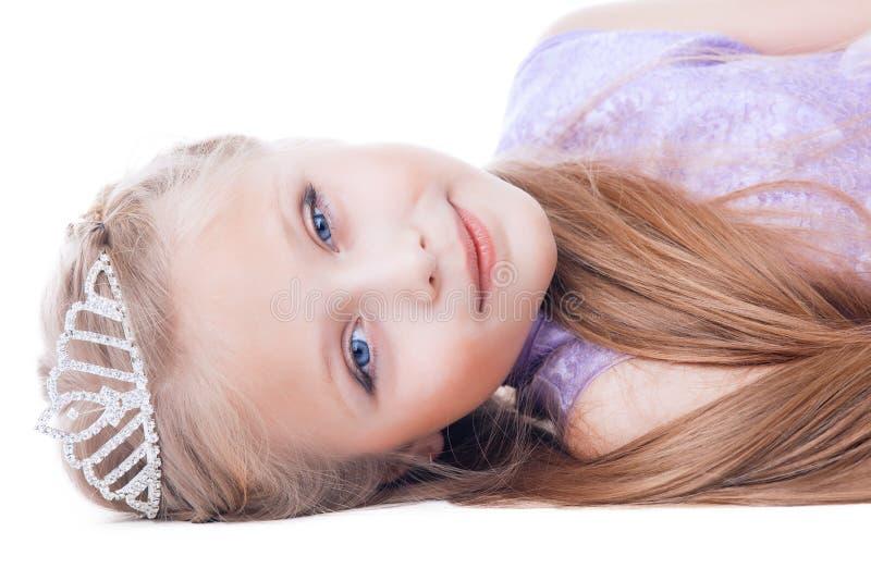 美丽的小女孩放置与冠状头饰在题头 免版税库存图片