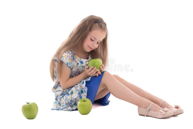 美丽的小女孩用在白色隔绝的绿色苹果 免版税库存图片