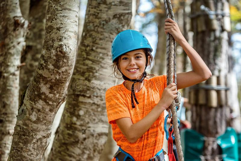 美丽的小女孩获得乐趣在冒险公园,黑山 免版税库存图片