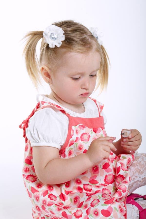 美丽的小女孩被绘的钉子 库存照片