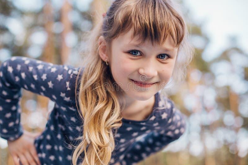 美丽的小女孩画象在森林里 免版税库存图片