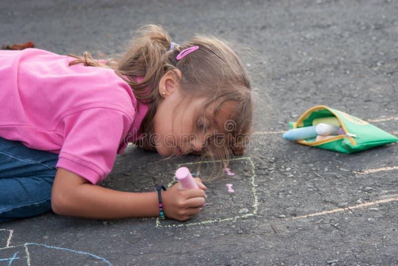 美好的小女孩绘画 免版税库存图片