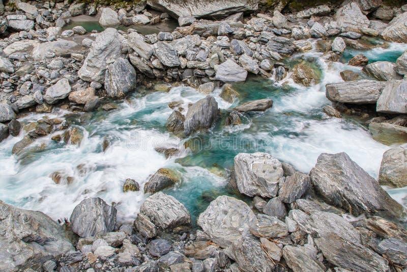 美丽的小河和岩石在途中对Wanaka 库存图片