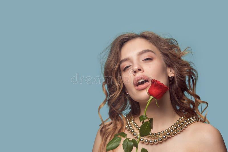 美丽的少女在有珍珠首饰的-耳环,镯子,项链演播室 免版税库存图片
