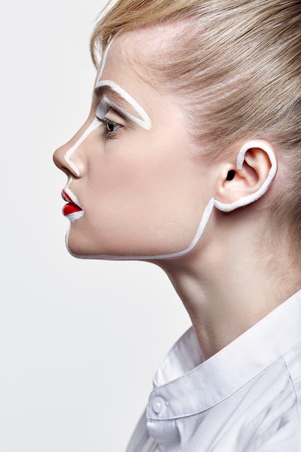 美丽的少妇侧视图  有一异常的创造性的构成面孔paintin的女性 库存照片
