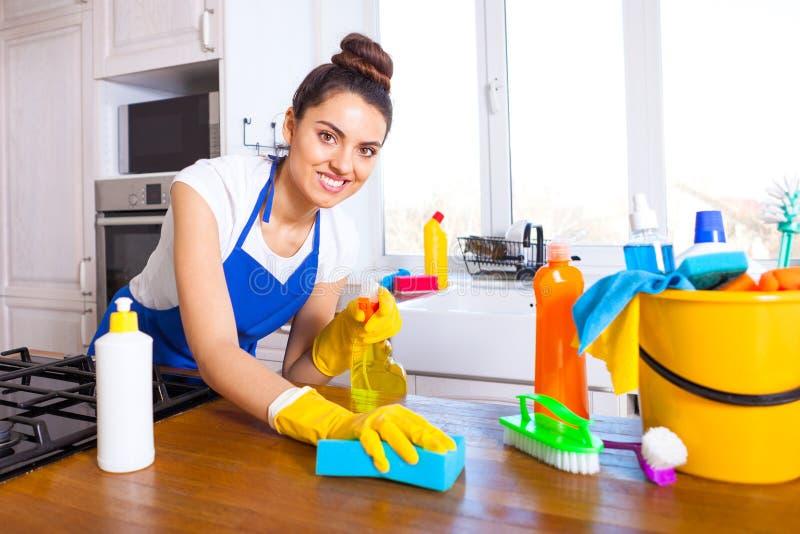 美丽的少妇做清洗房子 女孩清洁ki 免版税图库摄影