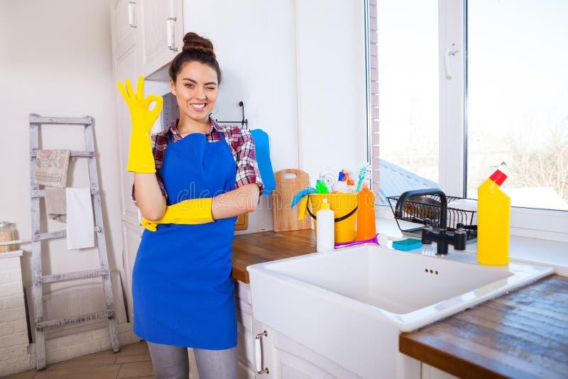 美丽的少妇做清洗房子 女孩清洁ki 免版税库存照片