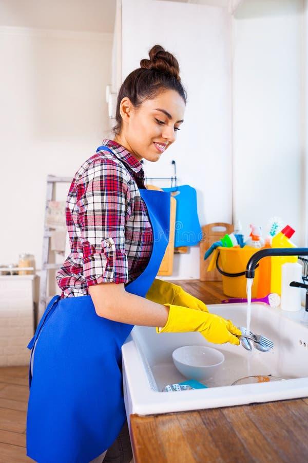 美丽的少妇做清洗房子 女孩清洁ki 库存照片