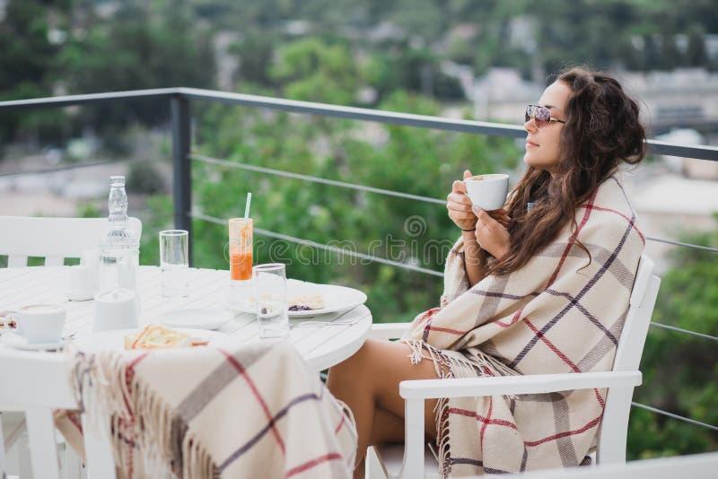 美丽的少妇吃早餐在咖啡馆 库存图片