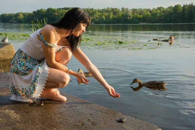 少妇给男人喂_美丽的少妇喂养在湖的鸟 美丽的yo