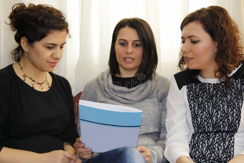 美丽的少妇在学校谈话 免版税图库摄影