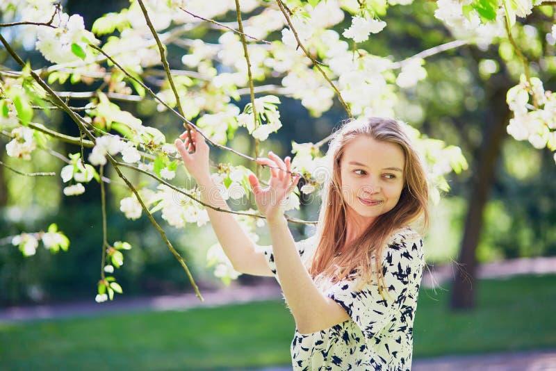 Download 美丽的少妇在开花的春天公园 库存照片. 图片 包括有 欧洲, 乡下, 人力, 愉快, 女孩, 白种人, 庭院 - 72371720