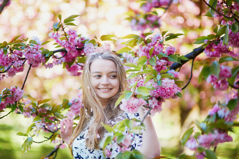 Download 美丽的少妇在开花的春天公园 库存照片. 图片 包括有 女孩, 樱桃, 女性, 白种人, beautifuler - 72372286