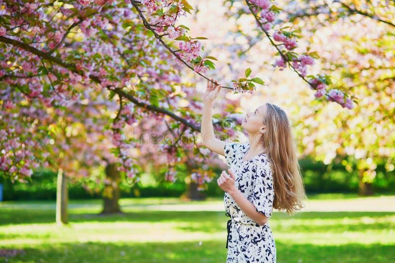 Download 美丽的少妇在开花的春天公园 库存照片. 图片 包括有 愉快, 乡下, 季节性, 热病, 户外, 成人, 白种人 - 72372436
