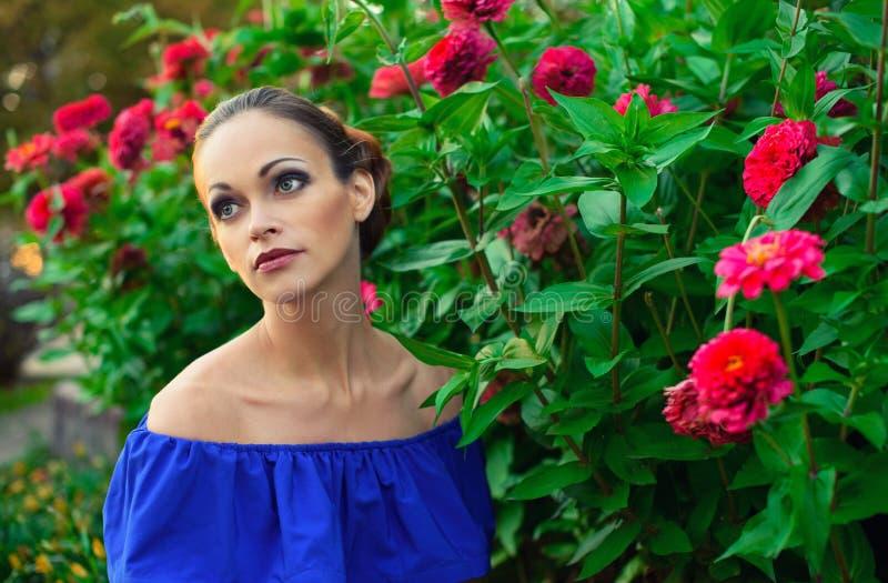 美丽的少妇在花园里 图库摄影