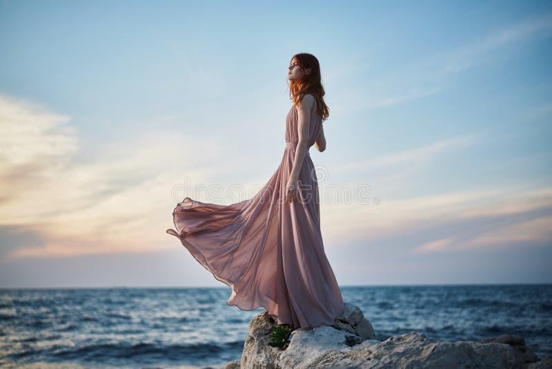 美丽的少妇基于海的,海滩,夏天,假期 免版税库存图片